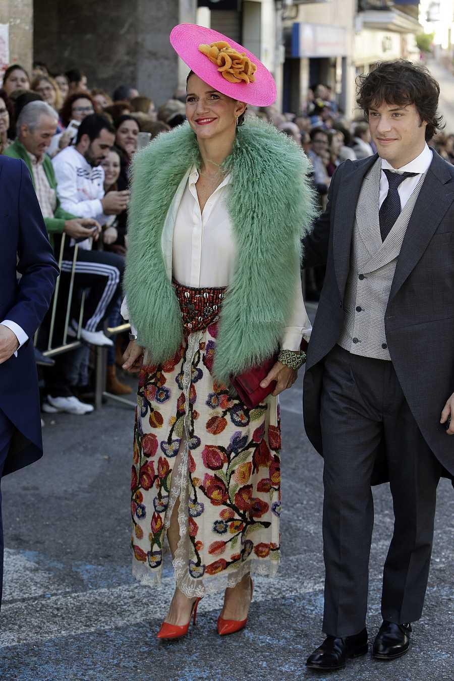 Samantha Vallejo-Nágera y Jordi Cruz durante la boda de Eva González y Cayetano Rivera Ordoñez en Mairena del Alcor, Sevilla.