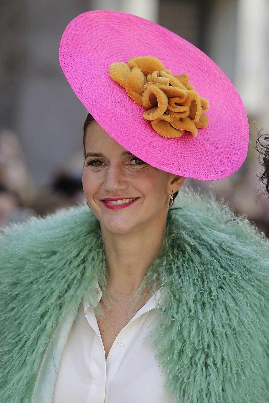 Samantha coronó el 'look' con una pamela fucsia con peletería de la diseñadora Elena Benarroch