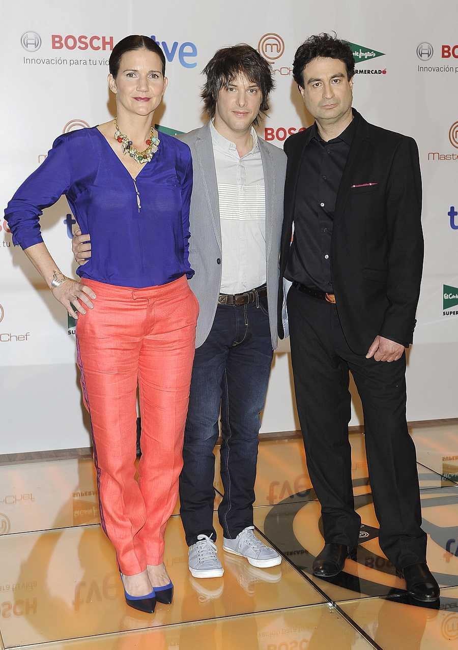 Una colorida Samantha Vallejo-Nágera durante la presentación de 'MasterChef' en Madrid, en el año 2013. Junto a sus compañeros del programa, Jordi Cruz y Pepe Rodríguez.