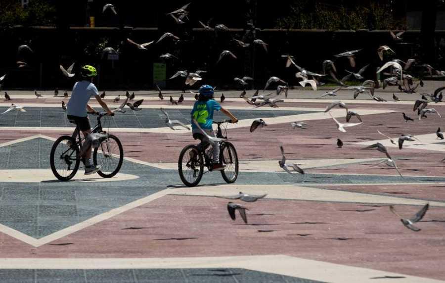 Dos niños pasean en bicicleta por la Plaza de Cataluña  (Barcelona) 28/04/2020.