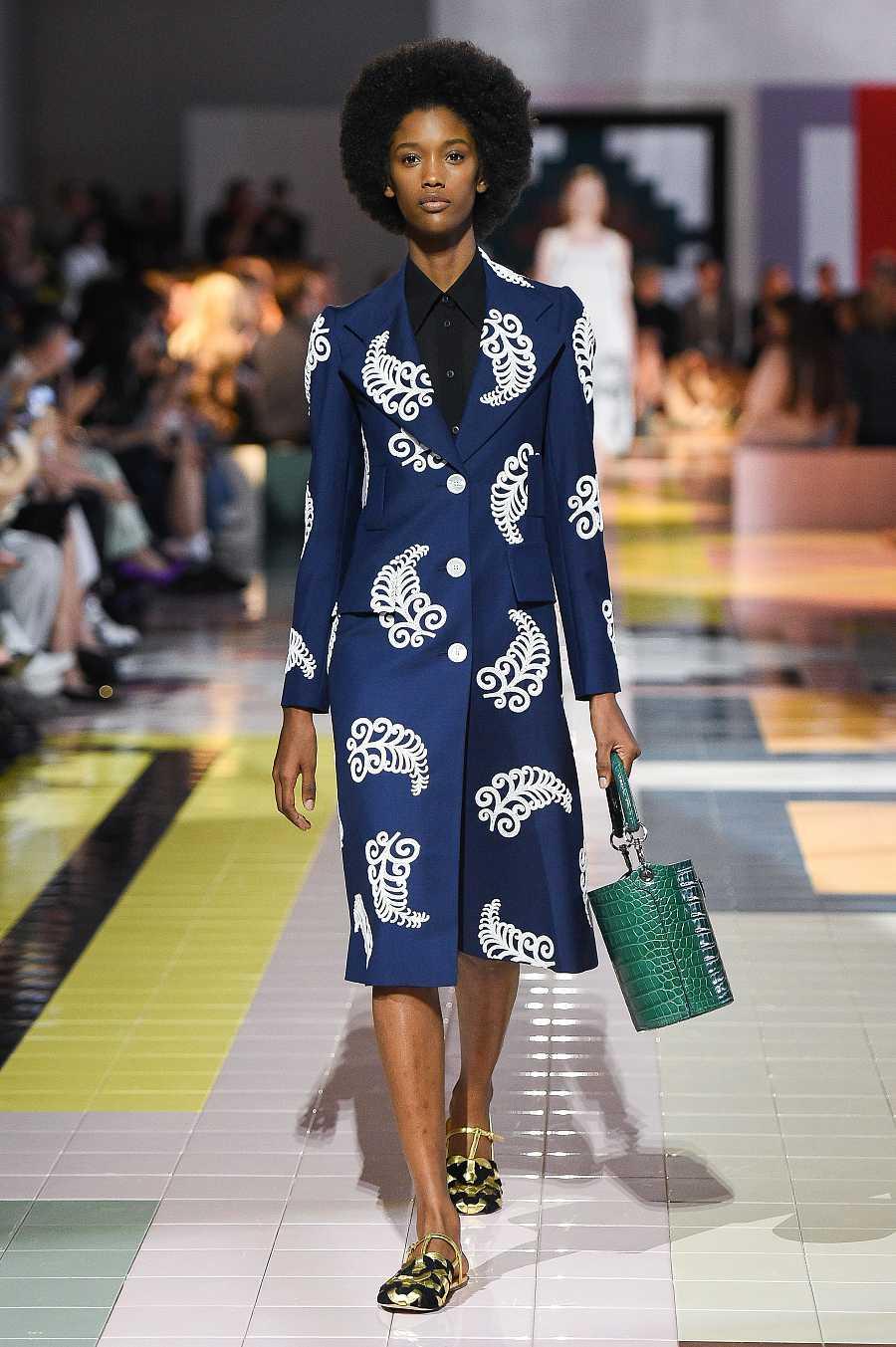 Una modelo luce la versión dorada de la colección de Prada durante la semana de la moda de Milán