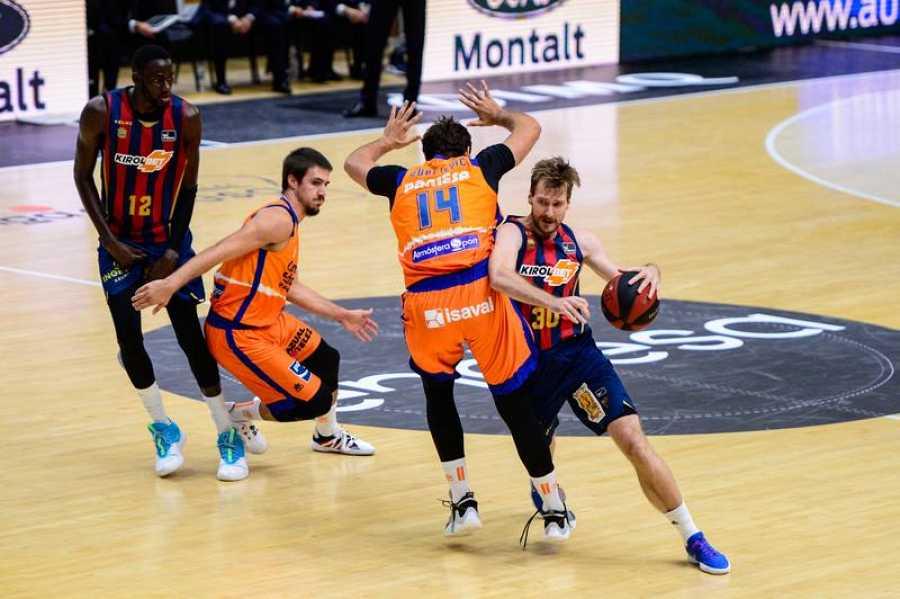 Zoran Dragic, del Baskonia, supera a Bojan Dubljevic, del Valencia.