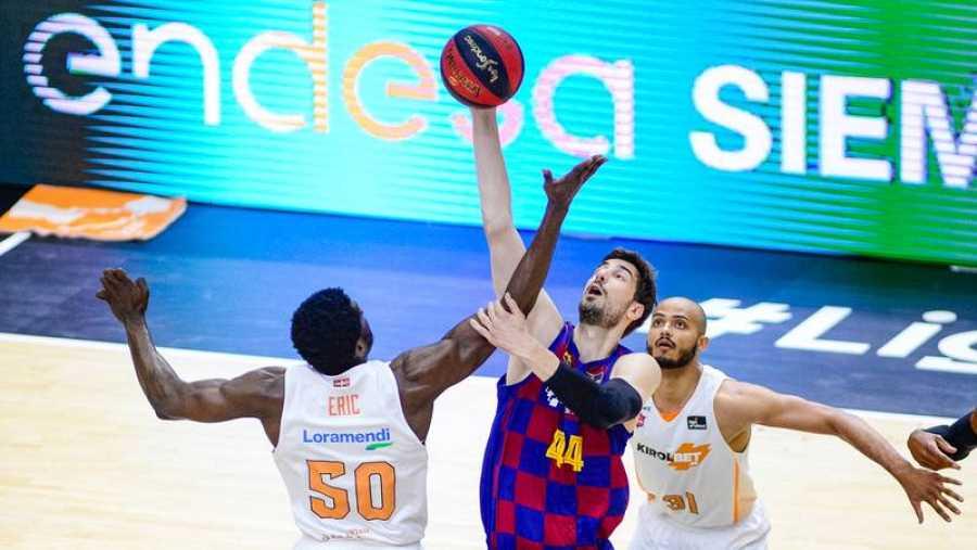 Micheal Eric (i) y Ante Tomic (d) harán previsiblemente el salto inicial del Barça - Baskonia.