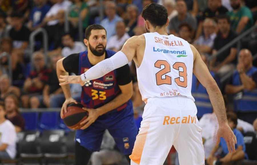 De frente, Nikola Mirotic, del Barça, encara a Tornike Shengelia, del Baskonia.