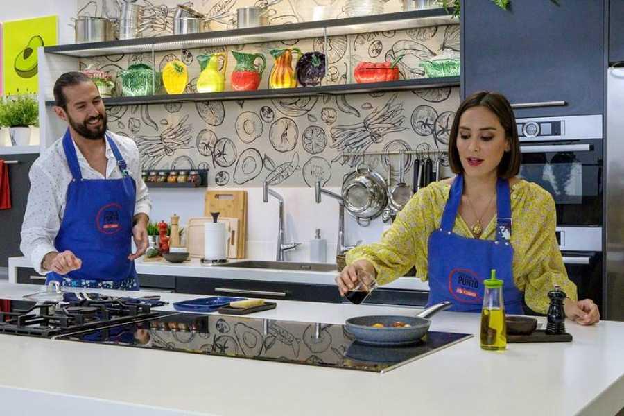 Tamara Falcó y Javier Peñas, cocinando en su nuevo programa