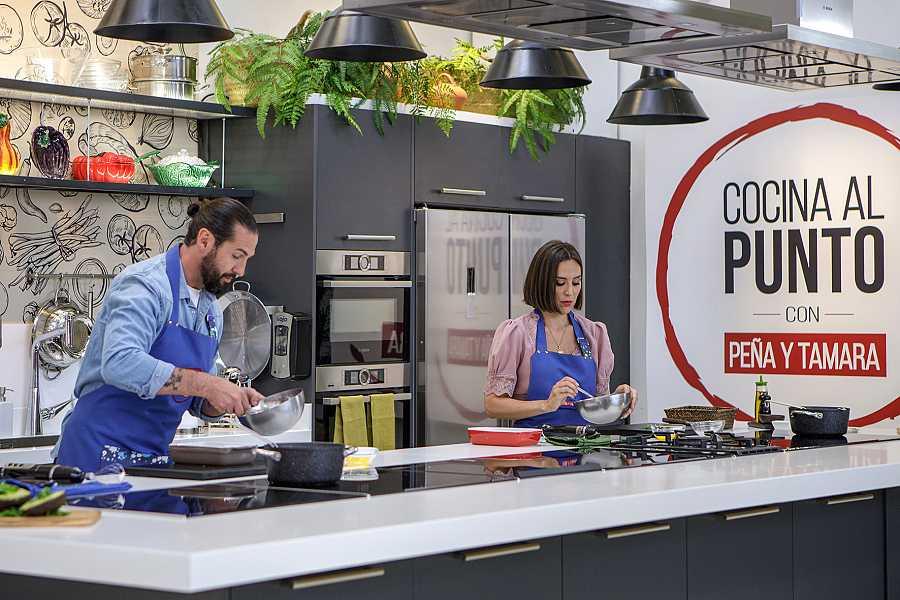 El chef Javier Peña con Tamara Falcó, en 'Cocina al punto con Peña y Tamara'