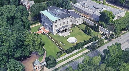La vivienda de los McCloskey está ubicada en Portland Place, junto a otras viviendas de lujo, en la ciudad de San Luis, Misuri.