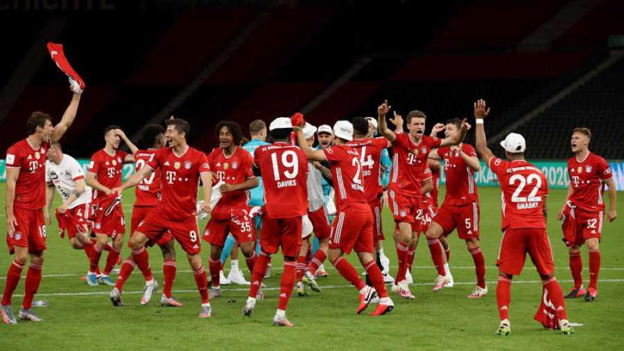 Imagen: Los jugadores del Bayern celebran la victoria en el césped