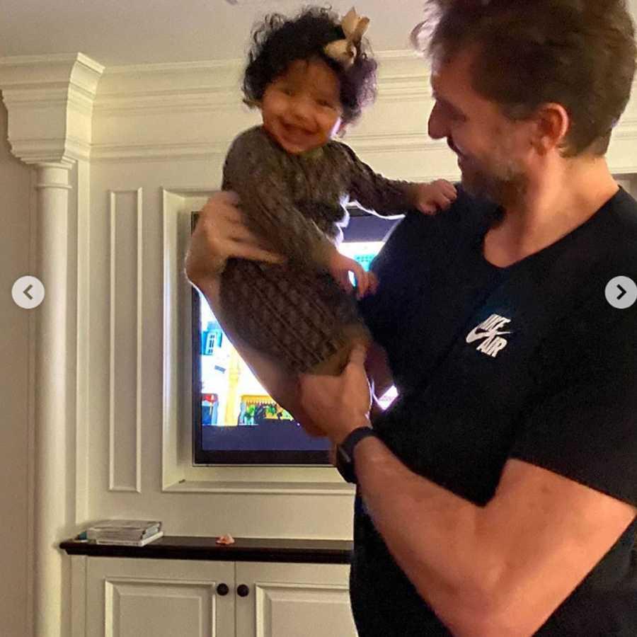 Pau Gasol sostiene en brazos a la hija pequeña de Kobe Bryant, Capri
