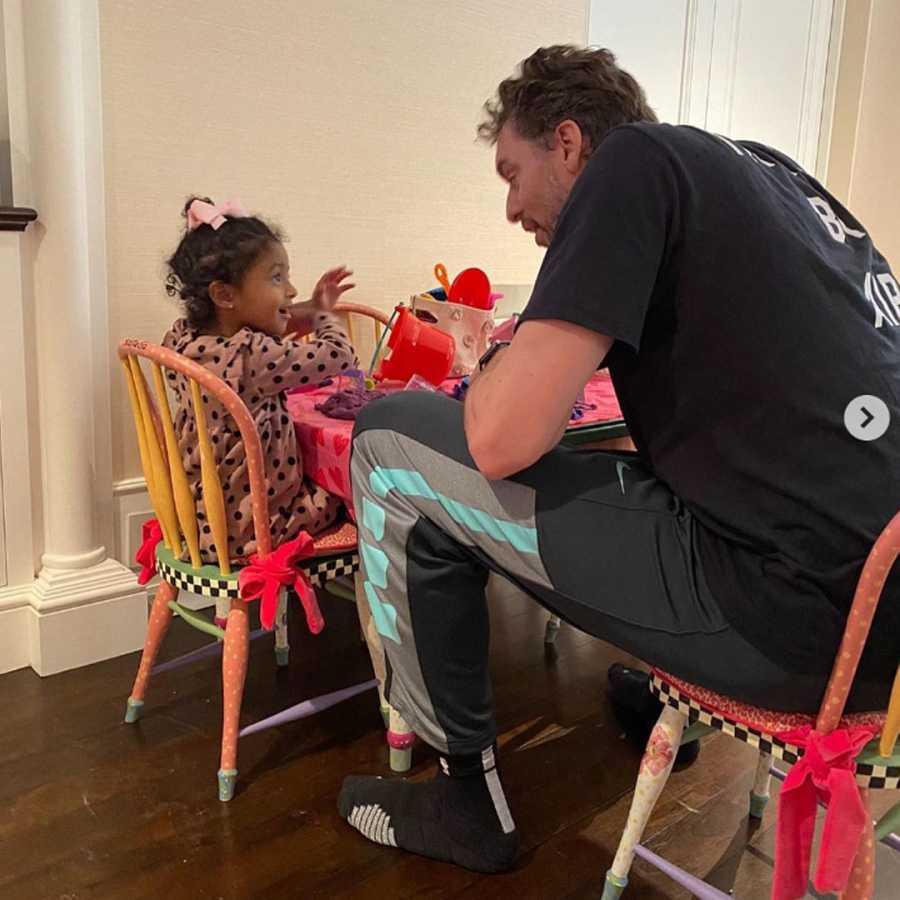 Pau Gasol juega con Bianka, una de las hijas pequeñas de Kobe Bryant