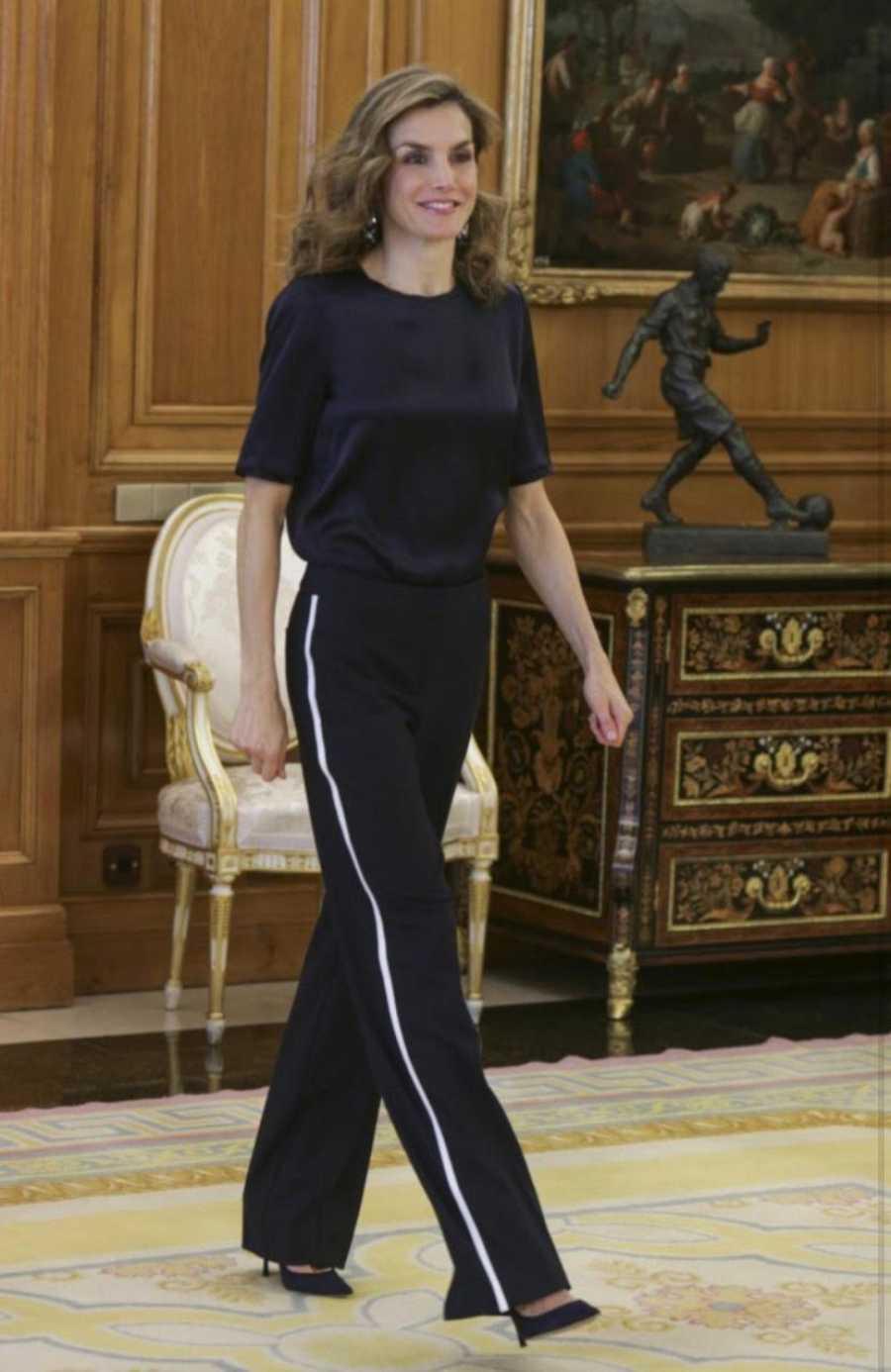 La reina Letizia también apuesta por tacones y pantalones de vestir tipo chándal