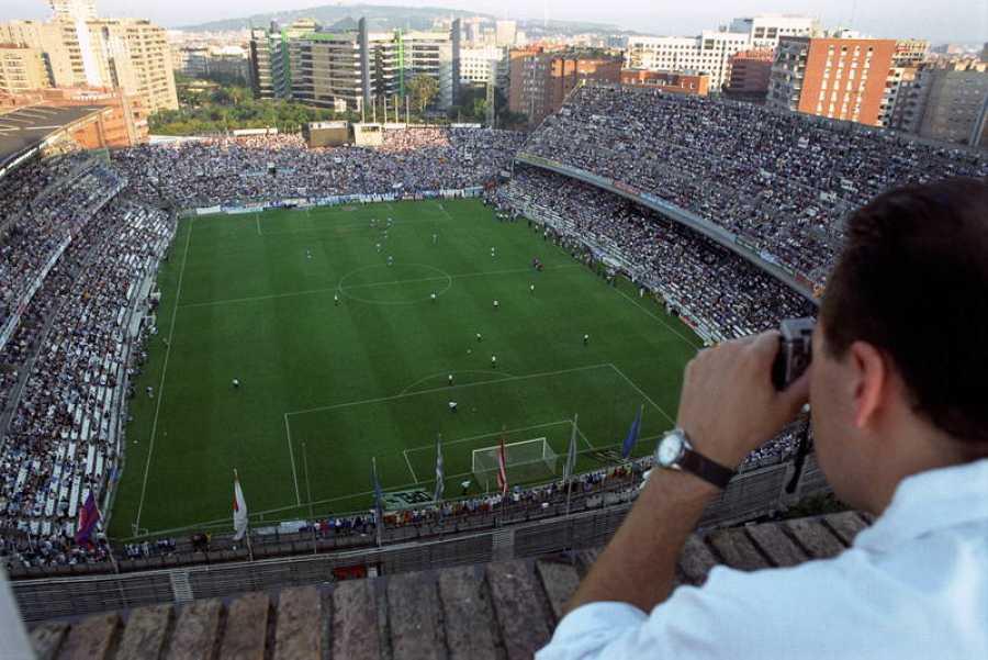 Un vecino situado frente al campo del Espanyol, hace una fotografía de recuerdo del último partido oficial de liga jugado frente al Valencia en el estadio de Sarria