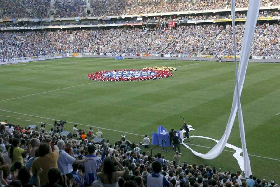 Imagen del escudo del RCD Espanyol formado en el centro del terreno de juego durante el acto de inauguración del Estadi Cornellà-El Prat