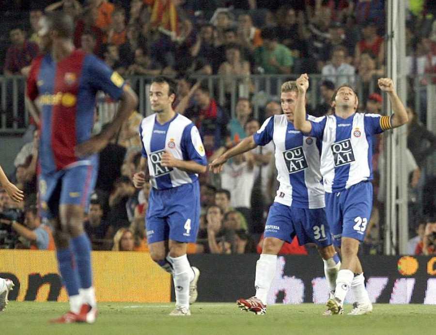 El jugador del Espanyol Tamudo (d) celebra tras marcar el segundo gol de su equipo ante el FC Barcelona junto a Ángel (2-i) y Lacruz, durante el encuentro correspondiente a la Liga de Fútbol disputado en el Camp Nou.