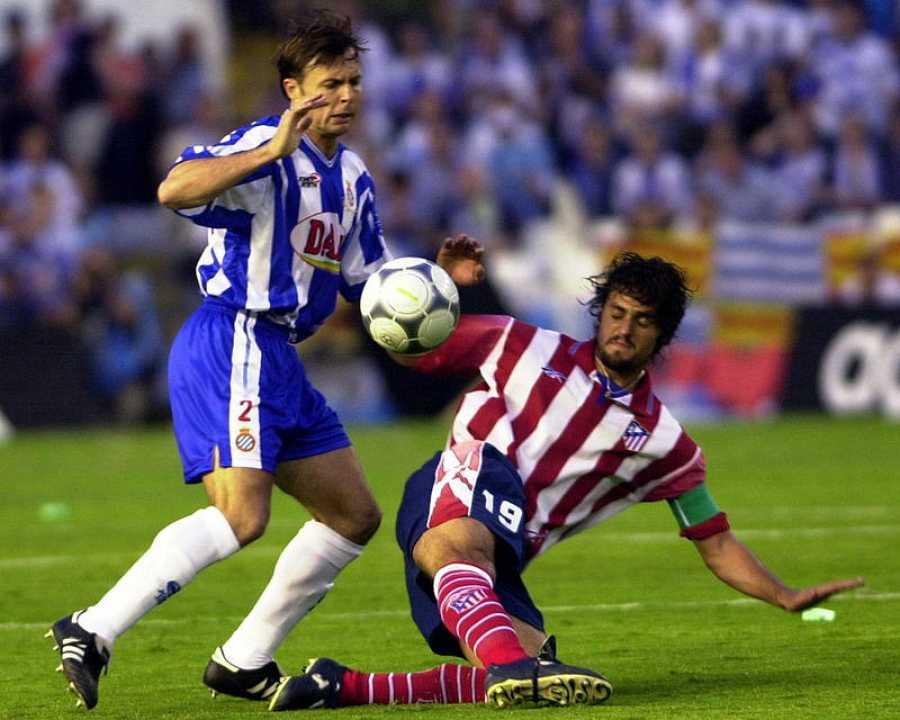 El jugador del R.C.D. Español Cristobal (I)), pugna con Kiko del Atletico de Madrid, durante la final de la Copa del Rey que aambos equipos disputaron en el estadio de Mestalla, en Valencia