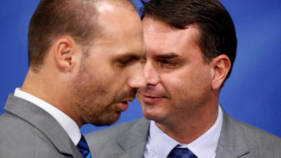 El senador Flávio Bolsonaro y el diputado Eduardo Bolsonaro, hijos del presidente de Brasil.