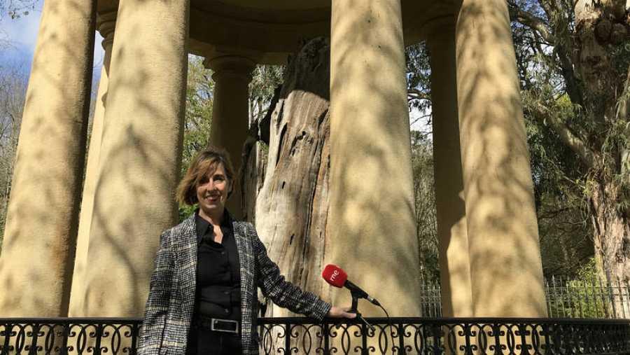 Ana Alberdi junto al árbol de Gernika