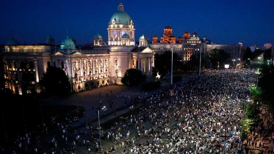 Cientos de serbios protestan por el confinamiento pacíficamente, sentados frente al parlamento en Belgrado