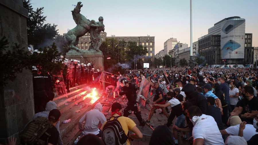 Los manifestantes se enfrentan a la policía en Belgrado en las protestas del miércoles, 8 de julio, frente al parlamento, por las medidas decretadas frente al coronavirus