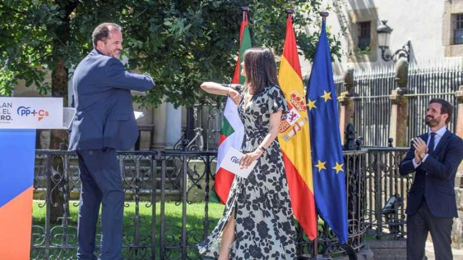 Elecciones vascas: Inés Arrimadas (Cs) saluda al candidato Carlos Iturgaiz en presencia de Pablo Casado (PP).