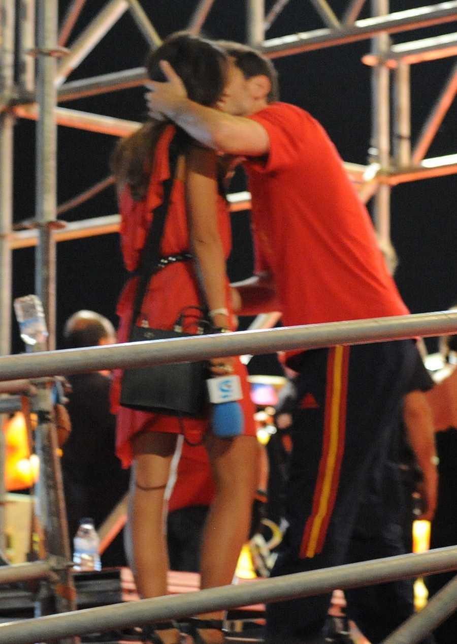 Íker besa a Sara durante la celebración del Mundial en Madrid