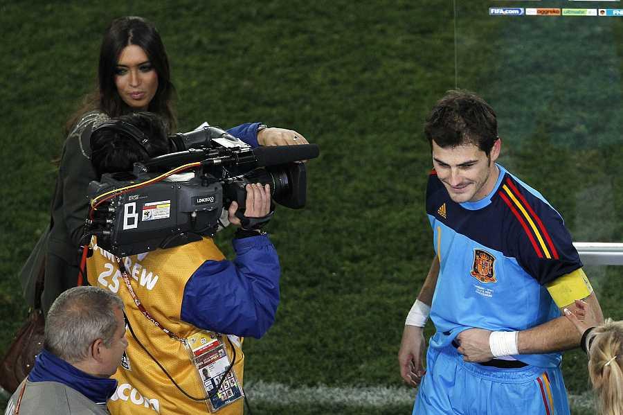 Iker Casillas en el campo de fútbol tras un partido con Sara Carbonero ejerciendo como periodista