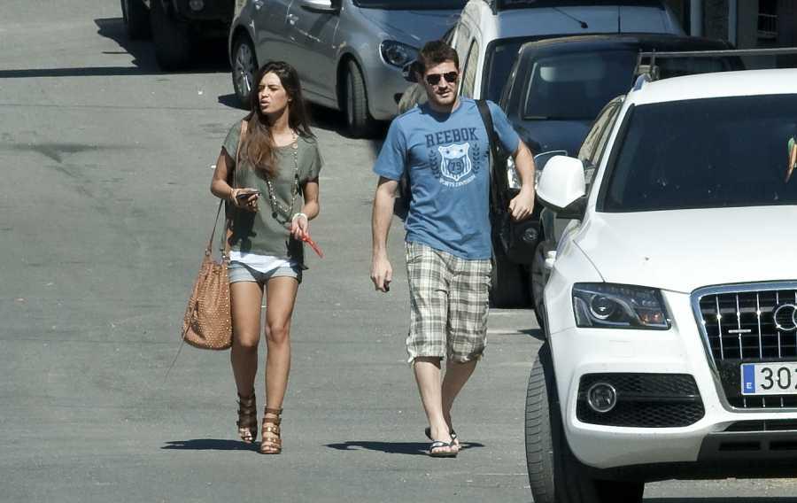 Íker y Sara paseando por las calles de Navalacruz