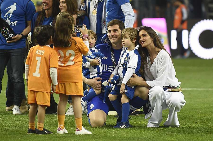 Iker y Sara con sus hijos Martín y Lucas en una celebración del Oporto