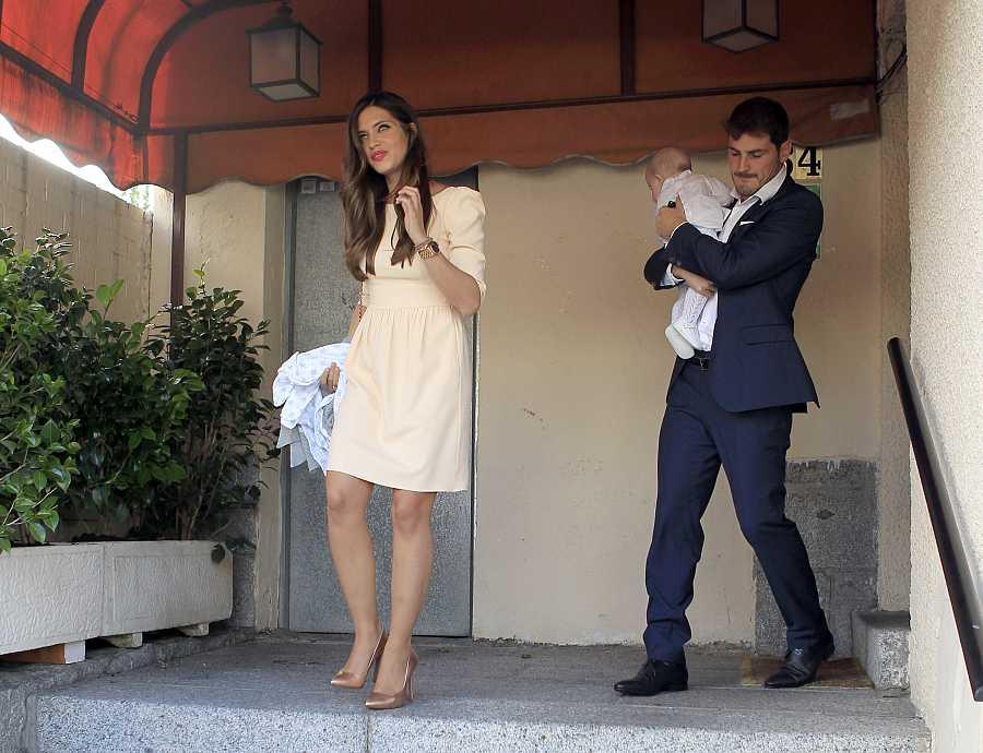 Iker y Sara durante el bautizo de Martín