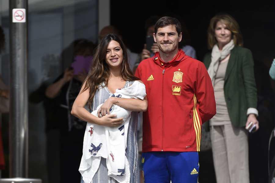Iker Casillas y Sara Carbonero durante la presentacion ante los medios de su hijo Lucas Casillas