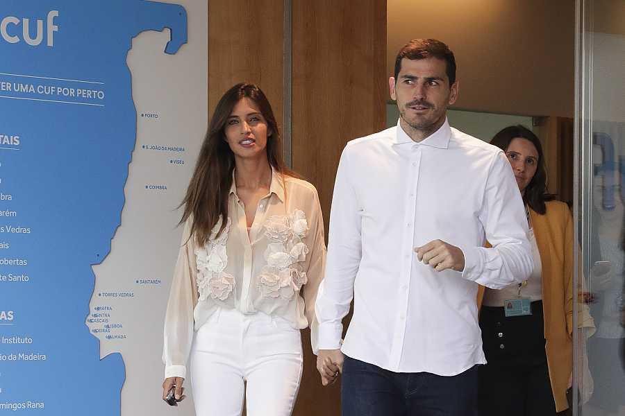 Iker y Sara a la salida del hospital en Oporto tras el infarto del portero