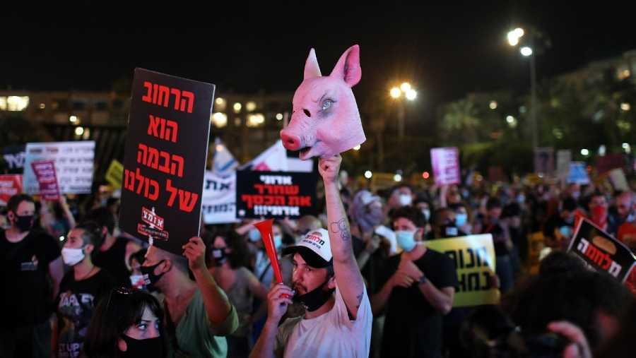 Miles de personas protestan en la plaza Rabin de Tel Aviv y exigen más apoyo económico durante la pandemia