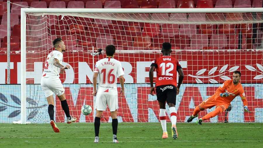 Imagen: Lucas Ocampos marca el penalti mirando a la grada
