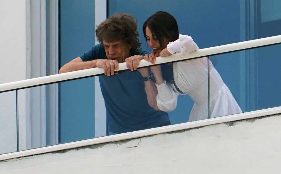 Mick Jagger y melanie Hamrick en el balcón en Miami