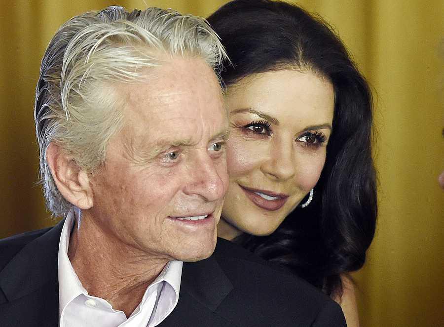Catherine Zeta-Jones y Michael Douglas en el 100 cumpleaños de su padre, Kirk Douglas