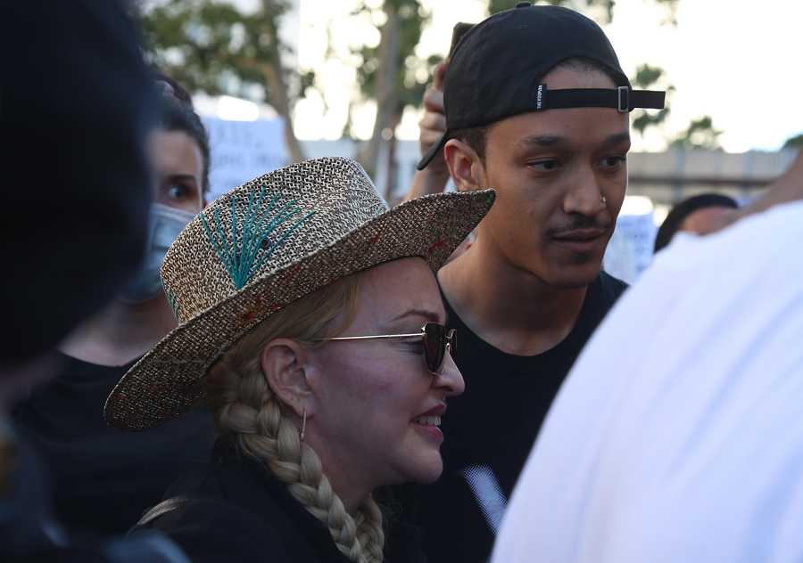 Madonna y su novio, Ahlamalik Williams, en una de las protestas del movimiento Black Lives Matter en Los Ángeles