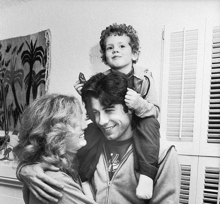 John Travolta (22) y Diana Hyland (40) junto al hijo de ella
