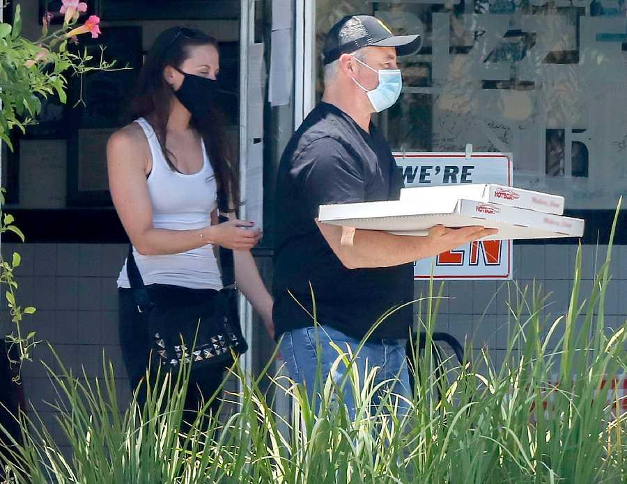 Matt LeBlanc con una amiga recogiendo unas pizzas en Los Ángeles