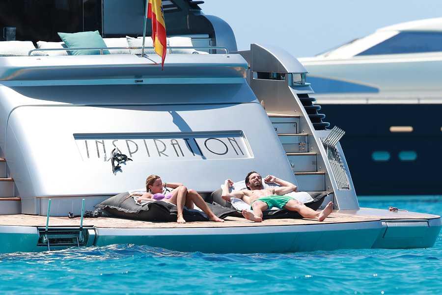 El actor Sebastian Stan y la actriz Alejandra Onieva toman el sol desde la cubierta del yate