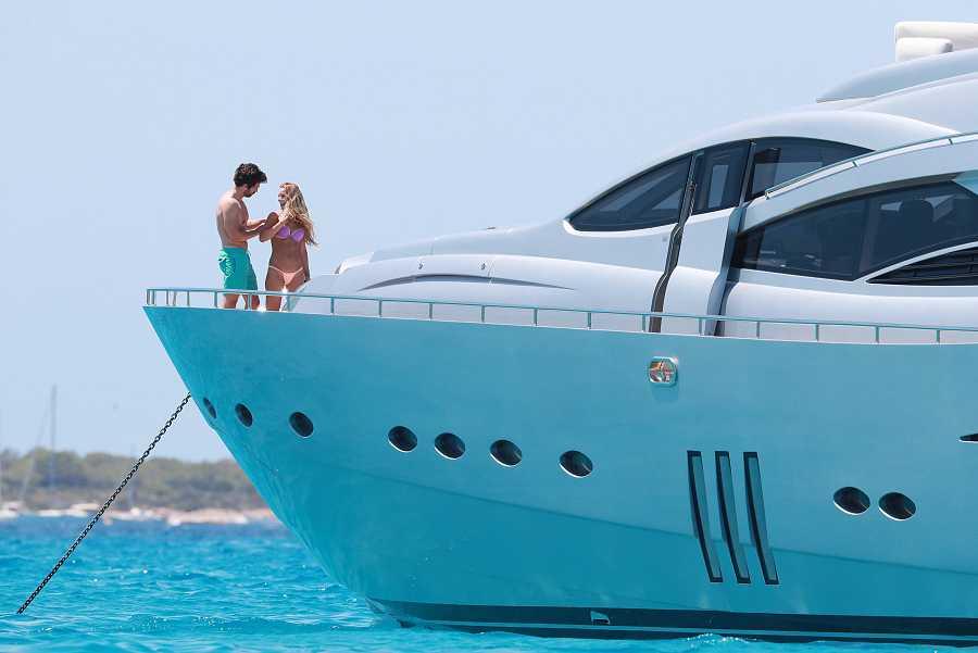 Sebastian Stan y Alejandra Onieva han pasado una jornada en un yate cerca de la costa de Ibiza