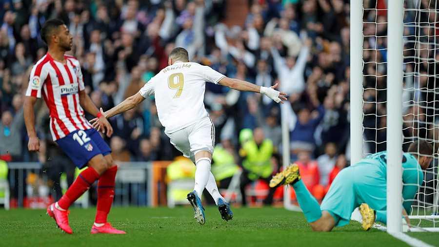 El delantero francés del Real Madrid Karim Benzema celebra el gol conseguido ante el Atlético de Madrid