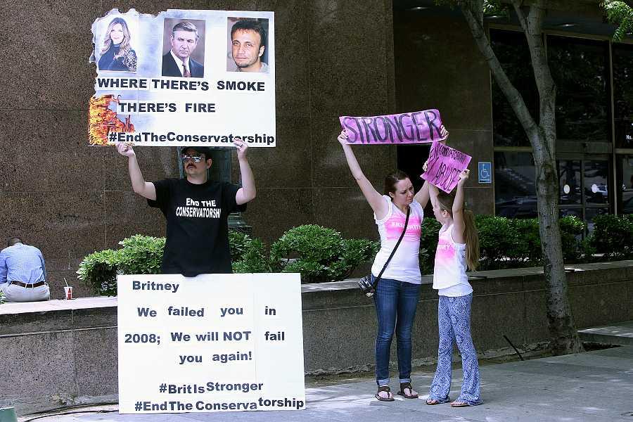 Los seguidores de Britney Spears con carteles de apoyo a la artista