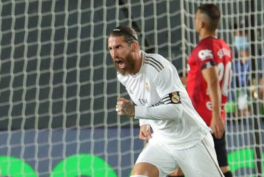 El defensa del Real Madrid Sergio Ramos celebra el segundo gol del equipo blanco durante el encuentro correspondiente a la jornada 31 de Primera división frente al Real Mallorca en el estadio Alfredo Di Stéfano, en Madrid.