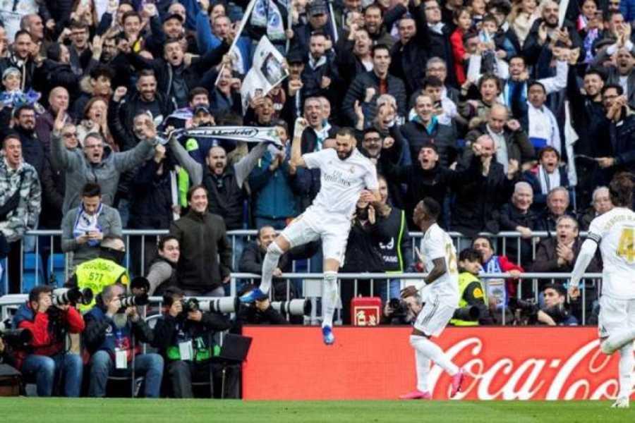 El delantero francés del Real Madrid Karim Benzema (c) celebra el gol conseguido ante el Atlético de Madrid en el Bernabéu
