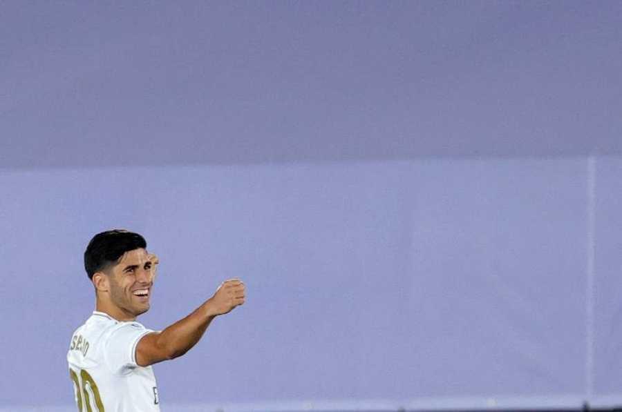El delantero del Real Madrid Marco Asensio celebra tras marcar ante el Alavés durante el partido de Liga en el estadio Alfredo Di Stéfano, en Madrid.