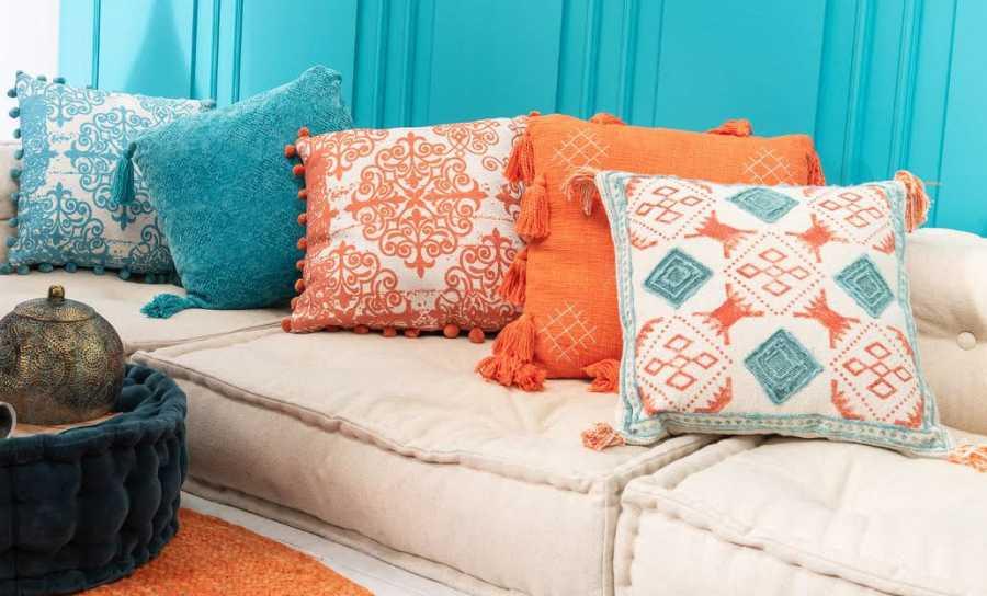 Los cojines son un elemento esencial en la decoración para dar uniformidad al color