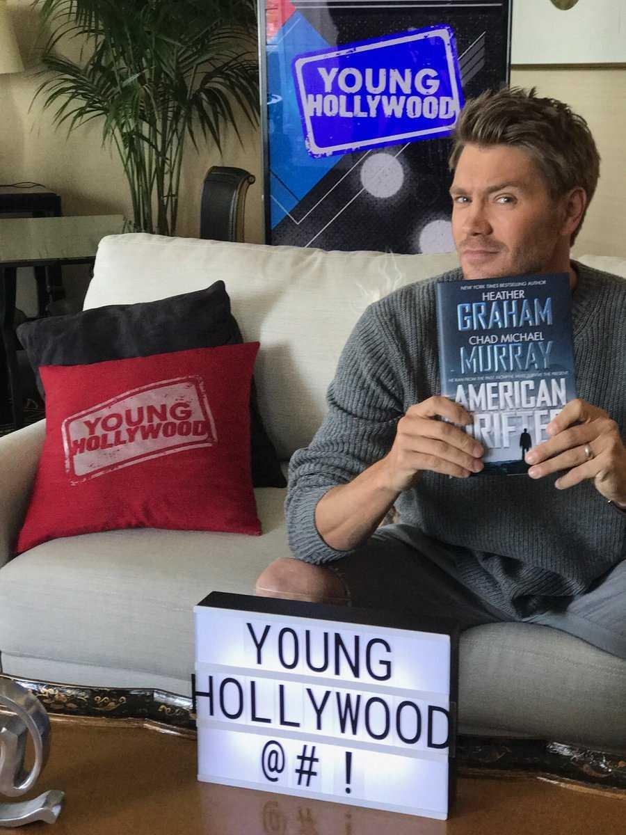 Chad Michael Murray posa junto a su libro, 'American Drifter: A Thriller' (2017)