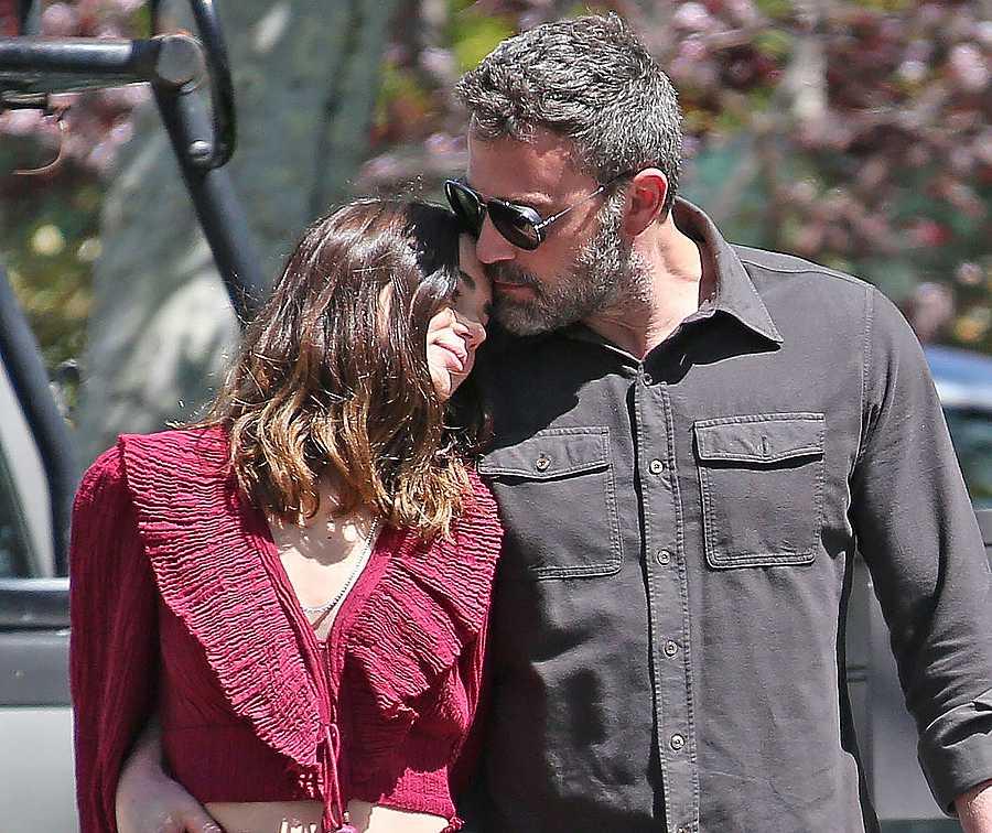 Ben Affleck y Ana de Armas paseando por Los Angeles, California.