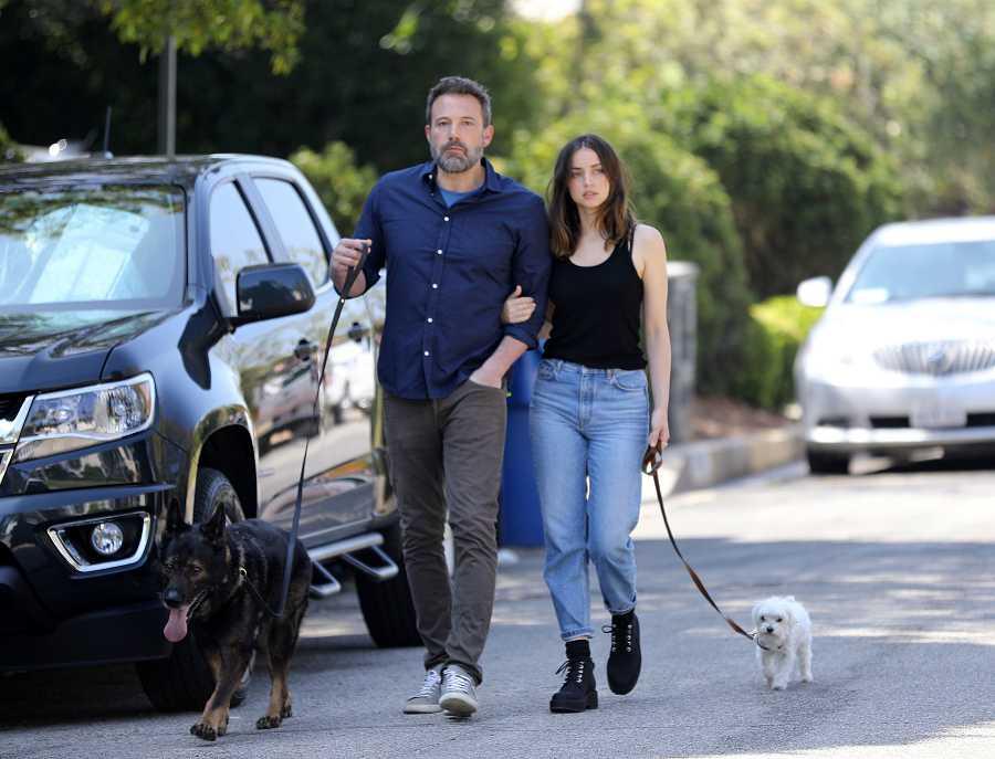 Ana de Armas con Ben Affleck paseando a sus perros por Los Angeles.