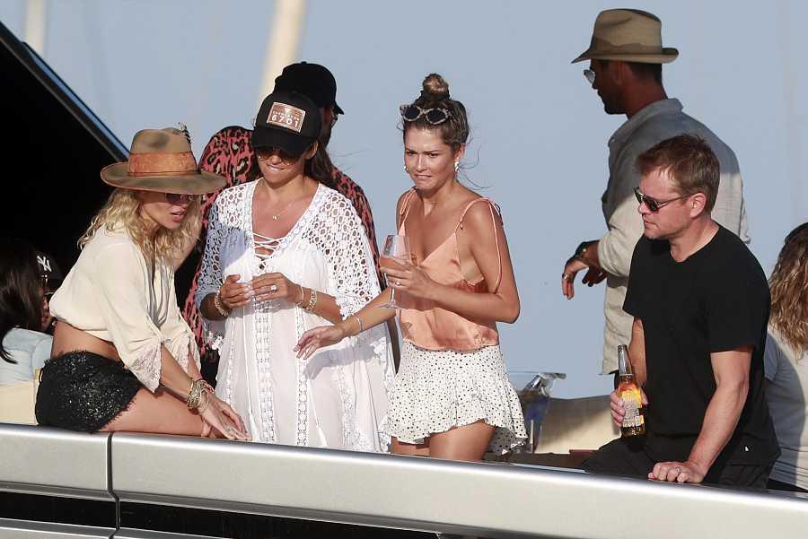 Matt Damon y Luciana Barroso con Elsa Pataky y Chris Hemsworth en Ibiza en el 2019